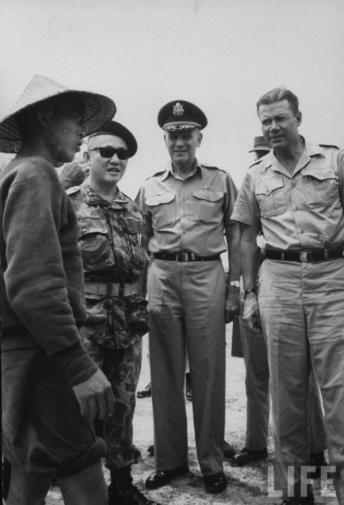 Tháng 9-1963: Thiếu tướng Đỗ Cao Trí, 9-1963 (L-R) Brig. Gen Do Cao Tri, Gen. Maxwell D. Taylor & Secy of Defense Robert S. McNamara, as they question a Viet Cong guerrilla. Nguồn: LIFE magazine