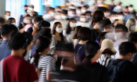 수도권 사회적 거리두기가 3단계에 준하는 수준으로 강화된 뒤 첫 월요일인 31일 서울 신도림역에서 마스크를 쓴 시민들이 환승을 이동하고 있다. 연합뉴스