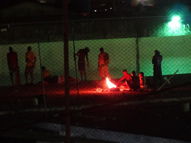 Presos acendem pequena fogueira no teto de um dos pavilhões do Presídio Frei Damião de Bozzano (Foto: Luna Markman / G1)