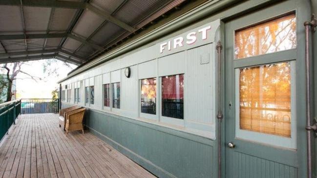 Υπάρχουν δύο υπνοδωμάτια μέσα στο ανακαινισμένο Red Cliffs τρένο μεταφοράς.  Εικόνα: realestate.com.au