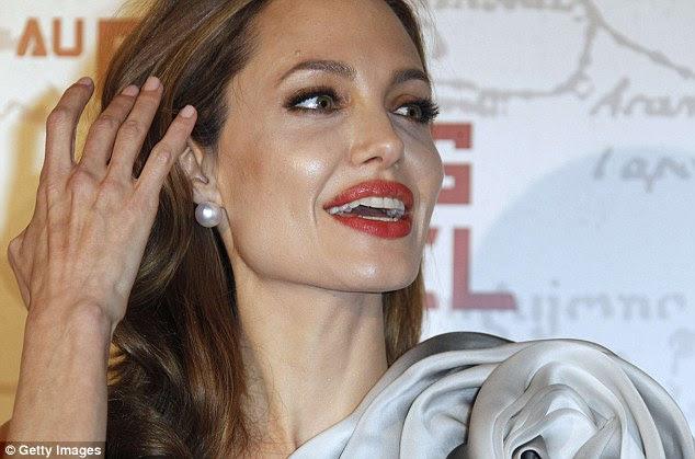 Flawless: Angelina olhou em perfeitas condições como ela bateu o tapete vermelho com um simples make-up