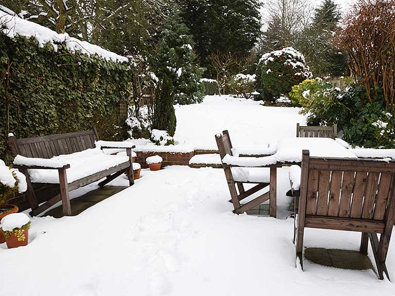 How to store & protect wooden garden furniture for winter ...