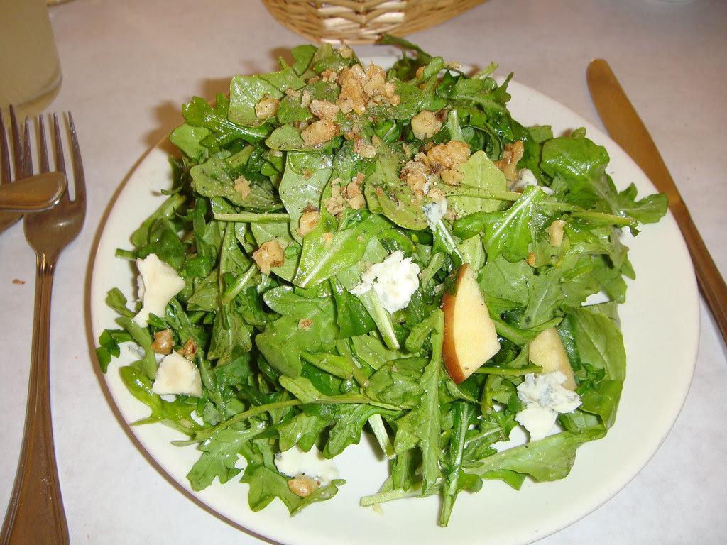 Arugula salad with walnets and gargonzola