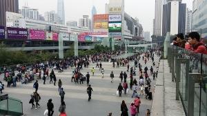 深圳駅前は混雑