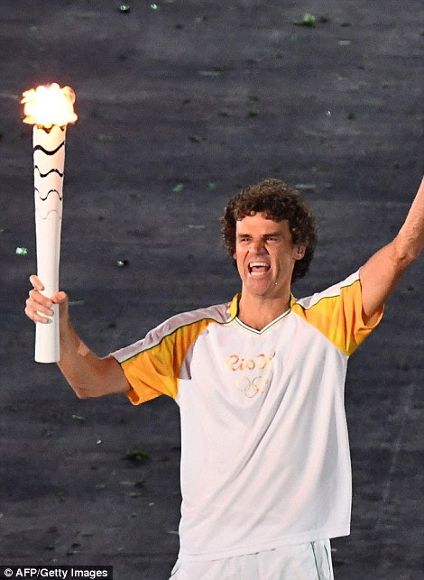 Brazilian tennis player Gustavo Kuerten brought the flame into the stadium and passed it to 1996 Olympic women's basketball silver medalist Hortência Marcari who gave it to de Lima.