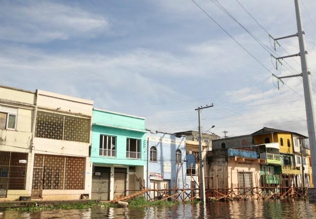 Bairro São Raimundo, no Centro de Manaus, água do rio invadiu ruas (Foto: Semcom/Divulgação)