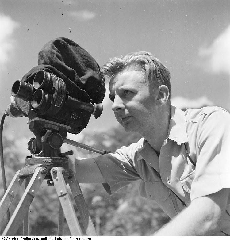 Portret van Charles Breijer met een filmcamera, Indonesië (z.j.)