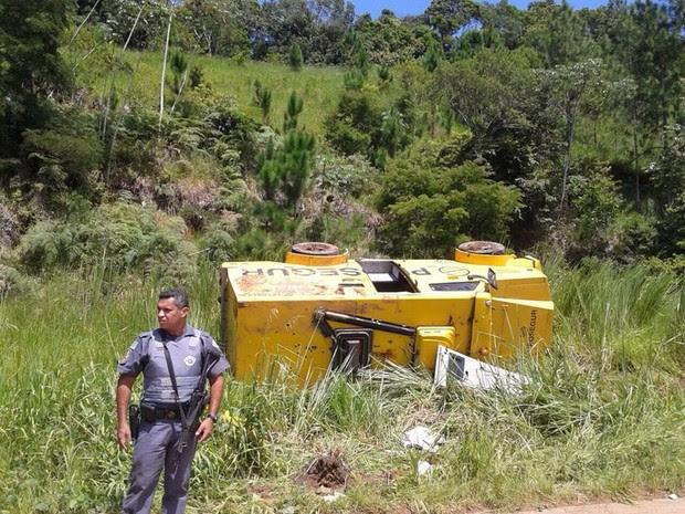 Carro de transportadora  ficou capotado após tentativa de assalto (Foto: Dione Aguiar / Arquivo Pessoal)