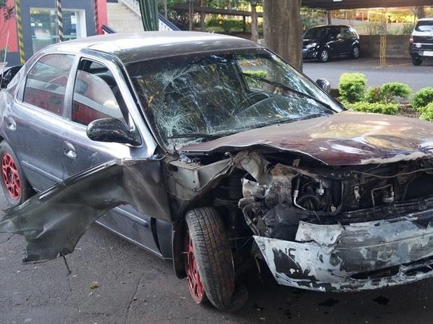 Carro de cadetes ficou destruído após o acidente  (Foto: Reporter Naressi)