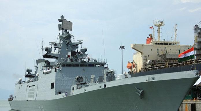 Một chiến hạm của Ấn ở cảng Tiên Sa, Ðà Nẵng trong chuyến thăm Việt Nam hồi tháng 10 năm ngoái. (Hình: VNExpress)