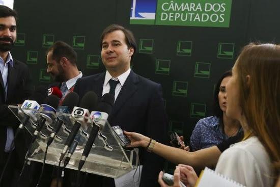 Rodrigo Maia lança Temer candidato à reeleição em 2018