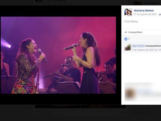 Fafá de Belém canta ao lado da filha em foto publicada na rede social de Mariana (Foto: Reprodução / Facebook)