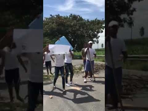 Jóvenes de La Hoya paralizan el tránsito Barahona-Santo Domingo en demanda de una Cancha
