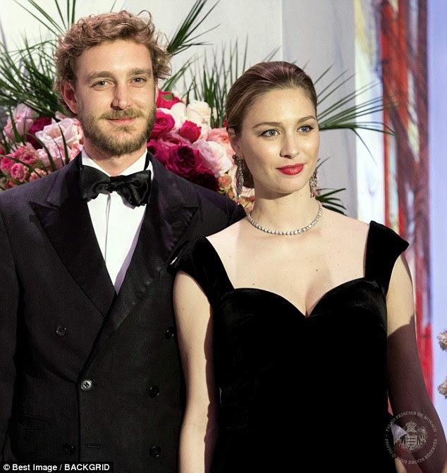 A ex-jornalista parecia radiante quando se juntou a seu marido na gala de caridade anual, na foto, que também teve a participação de Caroline e da irmã de Pierre, Charlotte, 31