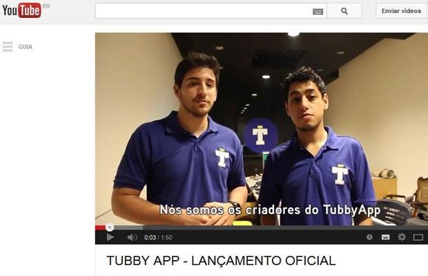 """Guilherme Salles e Rafael Fidelis, criadores do aplicativo 'Tubby', que nunca existiu, e se tratava de uma """"mensagem"""" contra a violação da intimidade. (Foto: Reprodução/YouTube)"""