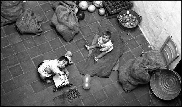 Niños en el patio de la Señora Paca en la Calle de Santa Leocadia de Toledo en 1967. Fotografía de John Fyfe