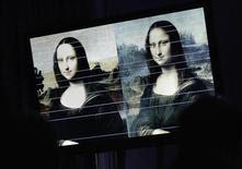 Linhas horizontais de comparação são sobrepostas a imagens do quadro recém revelado e atribuído ao pintor italiano Leonardo da Vinci, e a uma representação da