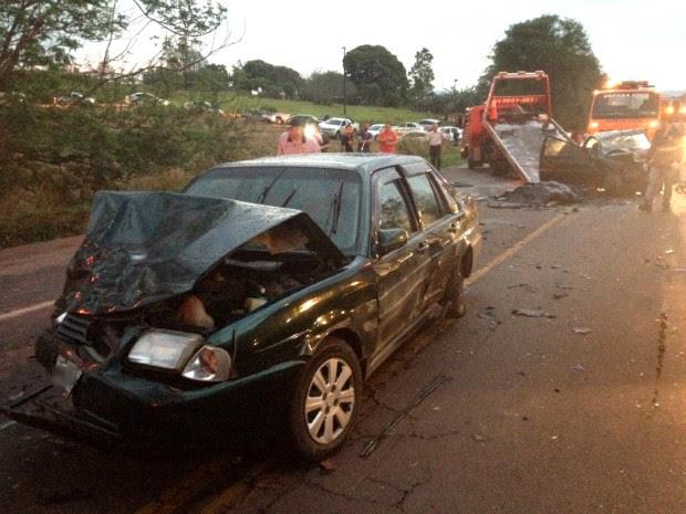 Pelo cinco pessoas ficaram feridas no acidente que envolveu cinco carros (Foto: Rogério Pinheiro/ RPC)