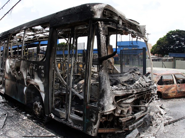 Ônibus e veículo ficam destruídos após ataques em Campinas (Foto: Denny Cesare/AFP)