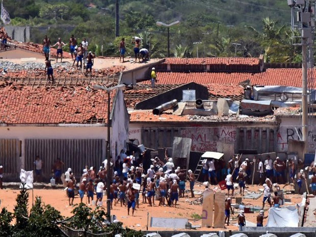 19/01 - Presos são vistos durante um confronto de facções na penitenciária de Alcaçuz, perto de Natal, no Rio Grande do Norte (Foto: Josemar Gonçalves/Reuters)