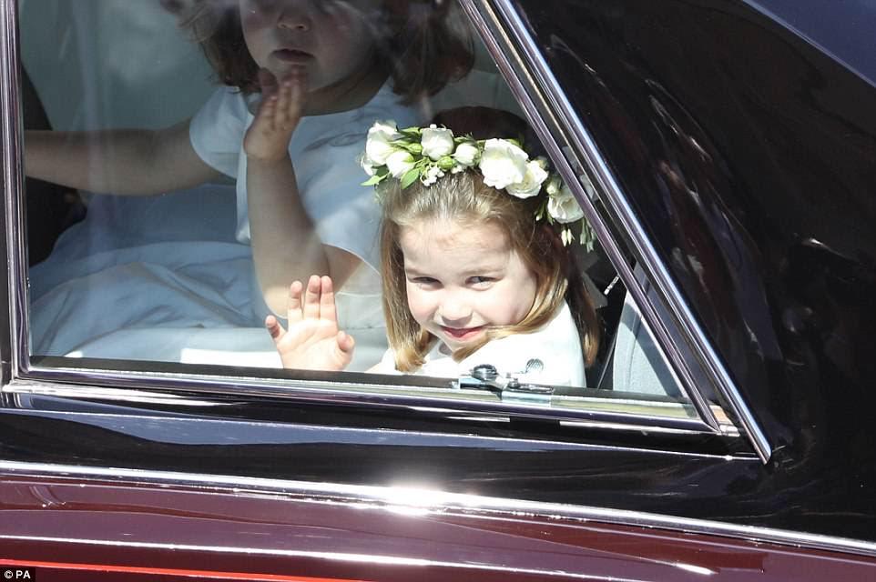 La princesa Charlotte y otra niña de las flores saludan descaradamente desde la ventana mientras son recibidos por grandes multitudes