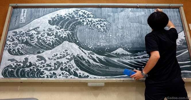 Professora japonesa surpreende seus alunos com talento incrível no quadro negro