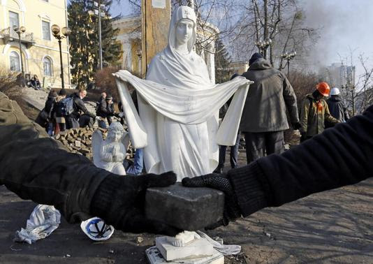 Anti-government protesters pass on rocks as they help comrades to set up a new barricade in central Kiev February 20, 2014. REUTERS-Yannis Behrakis