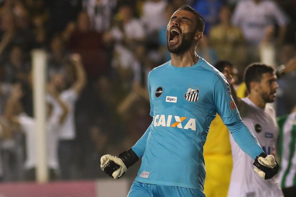 Vanderlei foi o dono da noite na Vila Belmiro. Goleiro defendeu pênalti nos acréscimos do segundo tempo (Foto: Lucas Baptista/Futura Press)