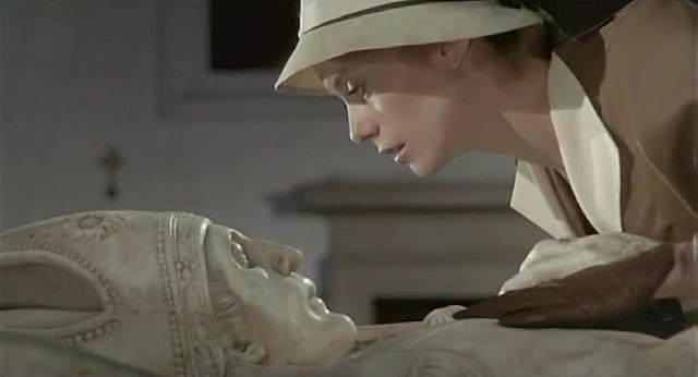"Catherine Deneuve  en el Antiguo Hospital Tavera, Toledo, en 1969 (Captura de ""Tristana"" de Buñuel)"