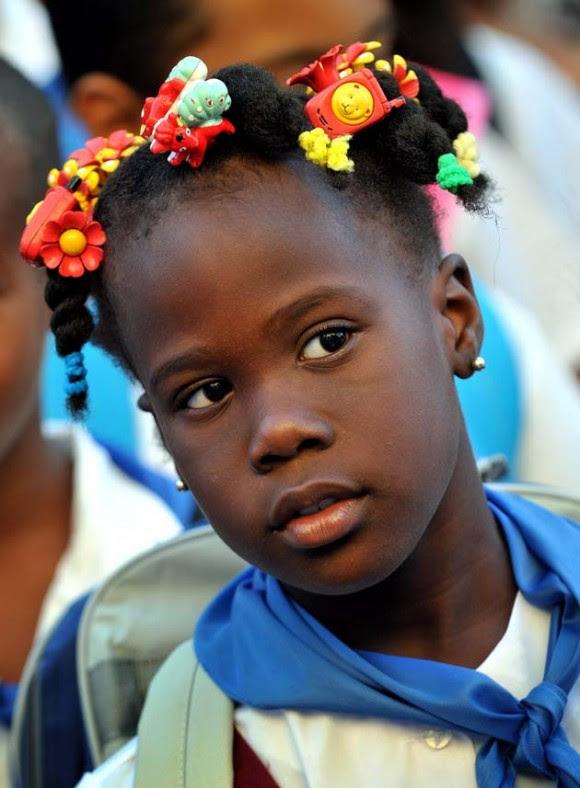 Una niña cubana participa hoy, lunes 6 de septiembre de 2010, antes de ingresar a su escuela, en un acto en el marco del inicio del curso escolar 2010-2011 en La Habana (Cuba). EFE/Alejandro Ernesto