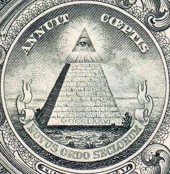 O grande selo dos Estados Unidos apresenta a inacabada Grande Pirâmide de Gizé, um símbolo da obra inacabada das Ordens Esotéricas: a Nova Ordem Mundial.  O selo foi aprovado no dólar americano por Franklin Delano Roosevelt, um maçom grau 32 e um Cavaleiro do Pythias com laços Manly P. Hall.