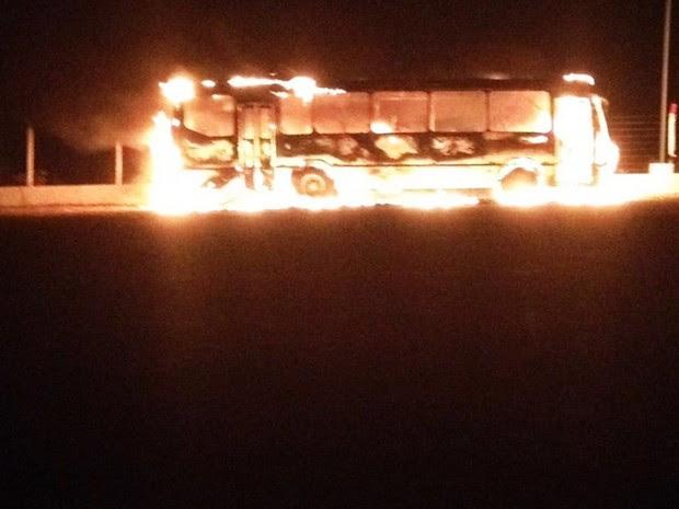 Ônibus particular foi incendiado no pátio de um posto de combustíveis em São José do Campestre (Foto: Jackson Félix/O Paralelo)