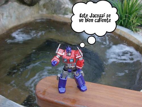 Las Vacaciones de Optimus Prime en Costa Rica - Optimus Prime en el Volcán Arenal (by mdverde)