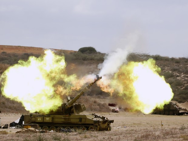 Exército israelense dispara  a partir da fronteira Israel-Gaza. Após intenso bombardeio, Gaza amanheceu envolvida em combates (Foto: Jack Guez/AFP)