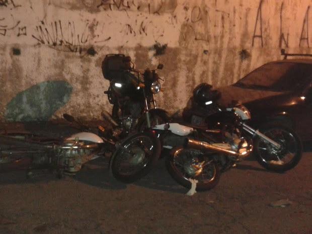 Motos de suspeitos e da vítima de assalto na Avenida Santa Inês (Foto: Giaccomo Voccio/G1)