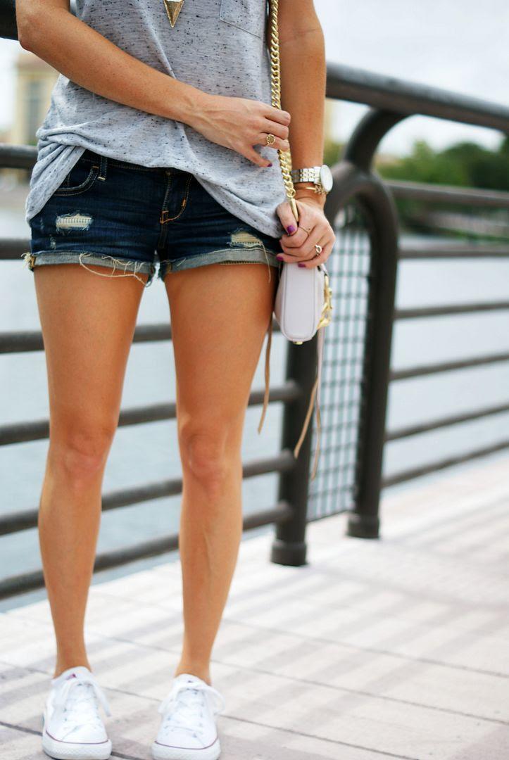 T-Shirt, shorts and Converse