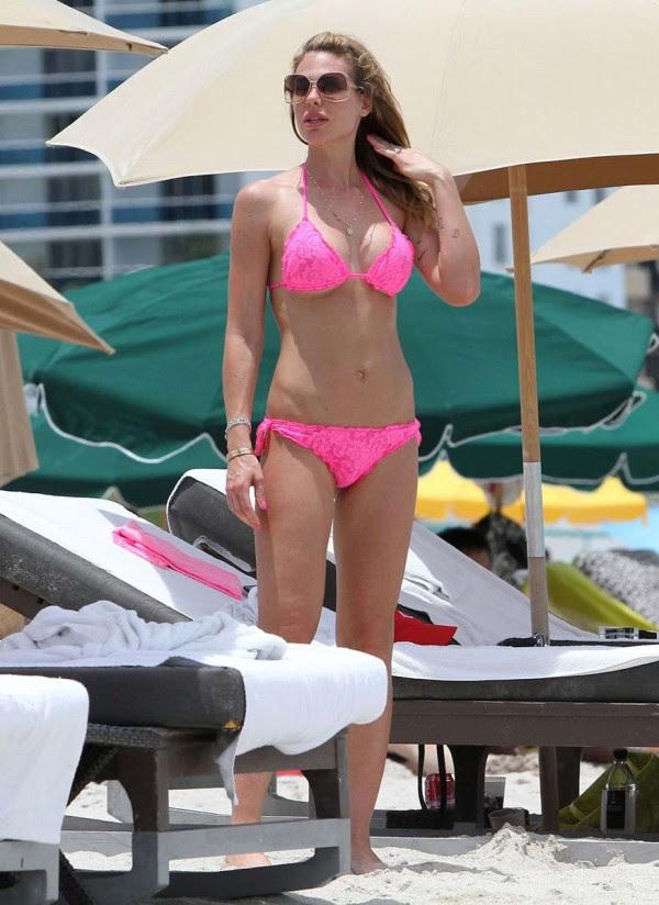 Ilary Blasi bikini de color rosa