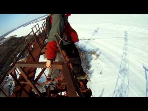 video que muestra a un hombre que hace un salto base y No se abre el Paracaidas