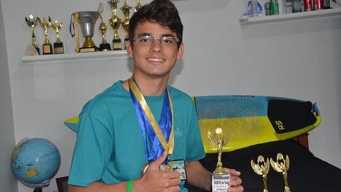 Dudu acumula medalhas no surfe (Foto: Divulgação / Prefeitura de Itanhaém)