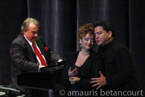 Acompañado por el maestro Frank Fernández, gloria de la música cubana.