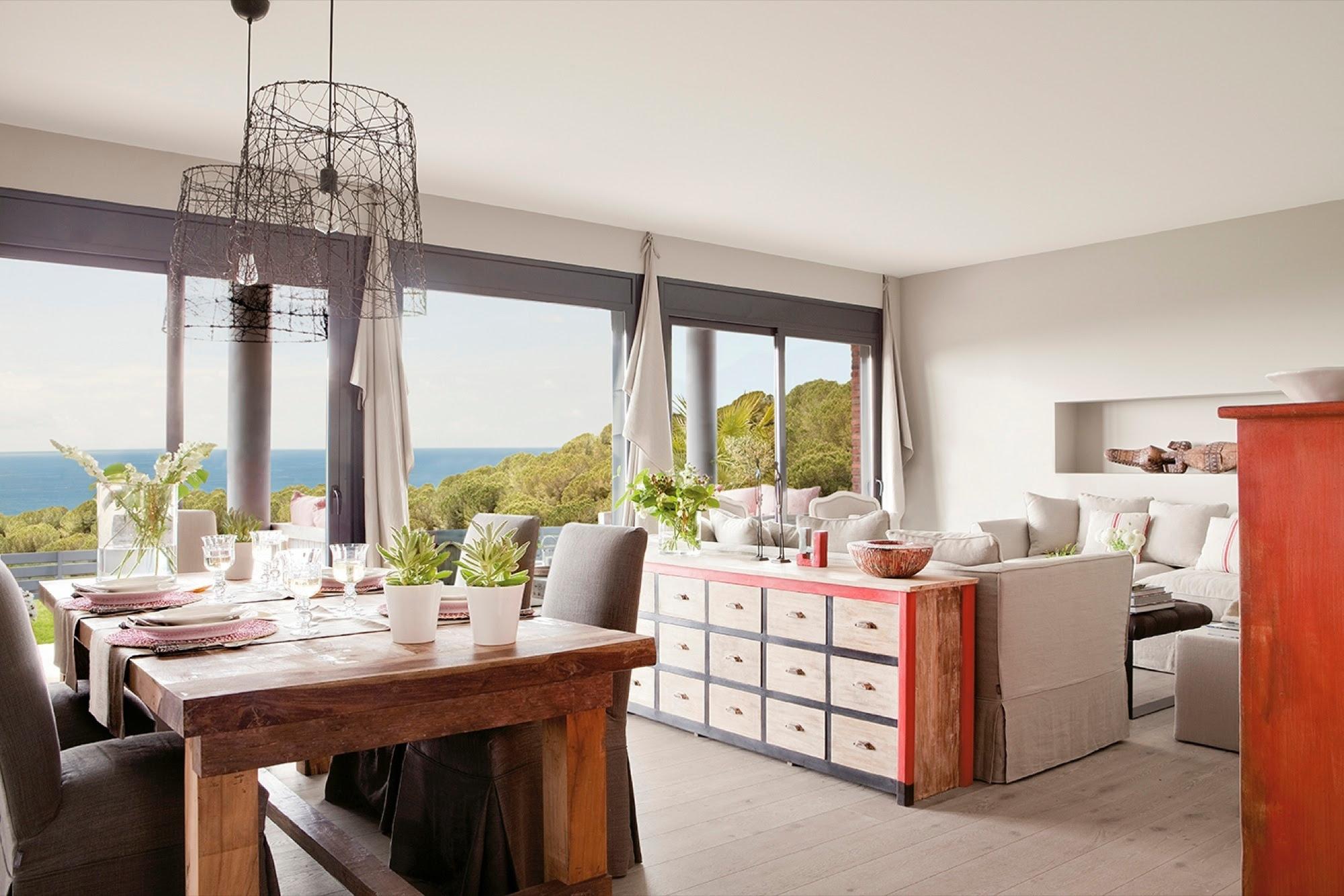 Salón y comedor con vistas al mar y muebles de madera  (00300479)