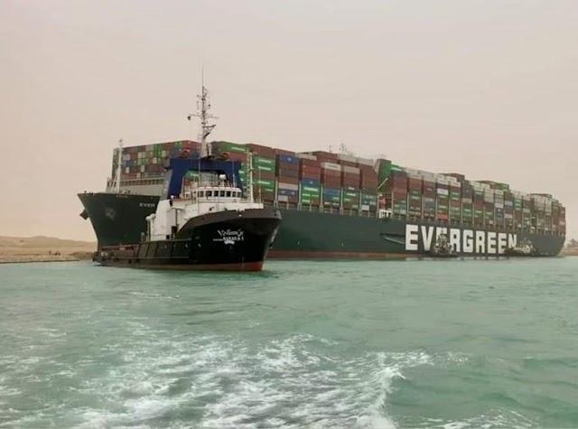 Ever Given, navio que bloqueia o Canal de Suez, volta a flutuar