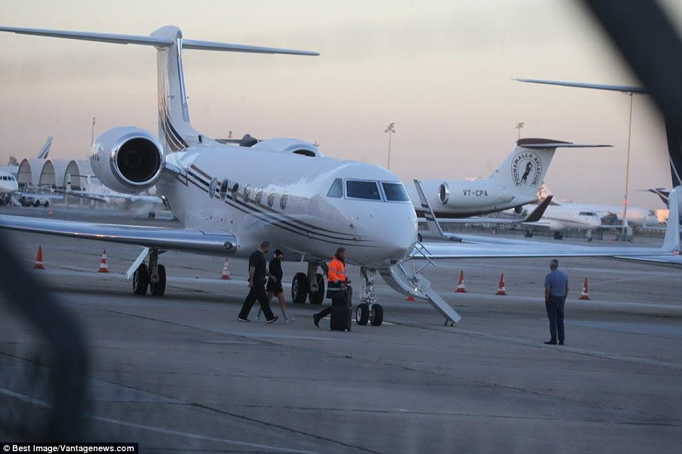 jacto privado de Kim estava esperando na pista no aeroporto de Le Bourget em Paris como ela tomou a decisão de deixar a cidade