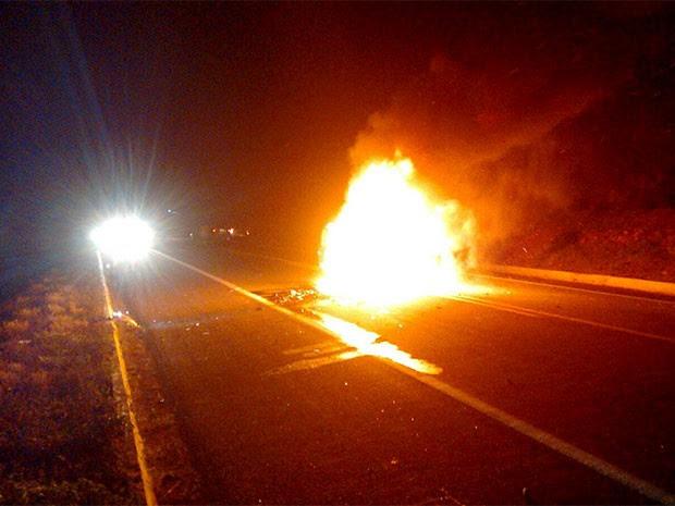 Uno pegou fogo após colisão na BR-304, no RN (Foto: Divulgação/PRF)