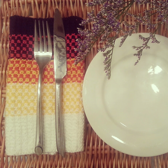 Fresh and springy knit napkins on *sparklingly { http://sparklingly.blogspot.com }