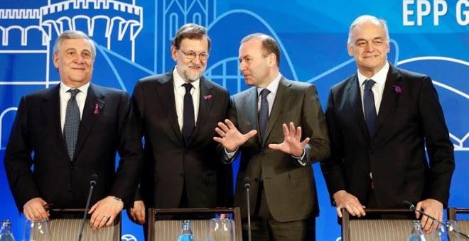 El presidente del Gobierno, Mariano Rajoy, portando un lazo morado hoy en Valencia. /EFE