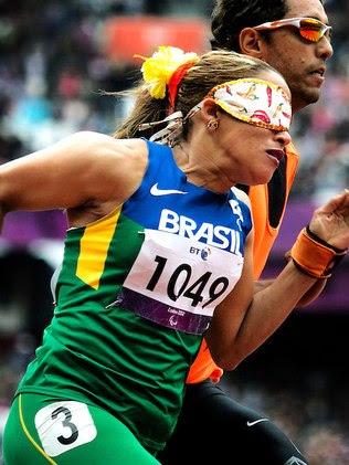 Terezinha com de seus acessórios coloridos na pista das Paralimpíadas