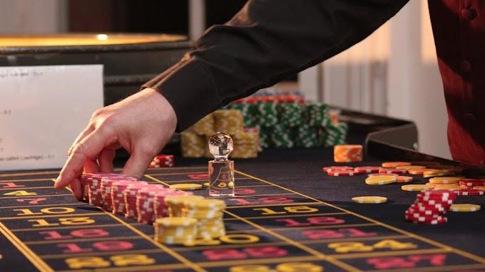 Πασίγνωστος τραγουδιστής εντοπίστηκε σε χαρτοπαιχτική λέσχη στην Κυψέλη