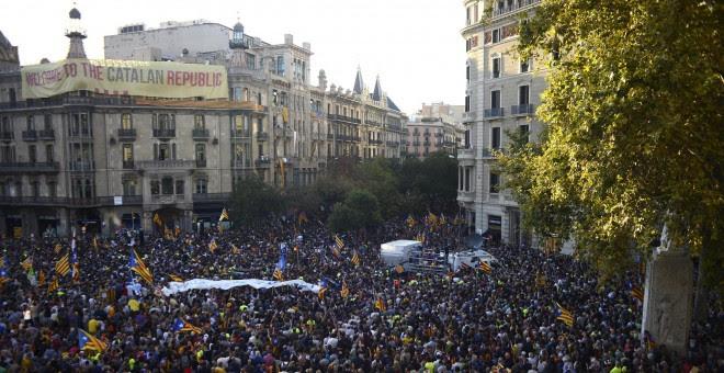 Pancarta con el lema 'Welcome to the Catalan Republic'. SERGIO BERNAL