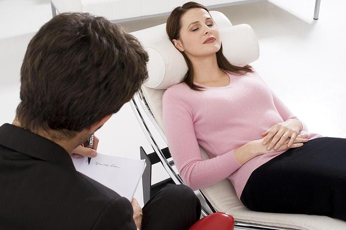 FOTO: Terapeuta atendendo uma cliente